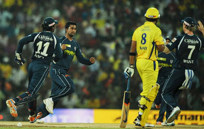 Deccan Chargers bowler Pragyan Ojha (2nd L) celebrates with teammates the wicket of Chennai Super Kings batsman Murali Vijay (2nd R) during the IPL Twenty20 match at the M.A. Chidambaram Stadium in Chennai. (AFP PHOTO)
