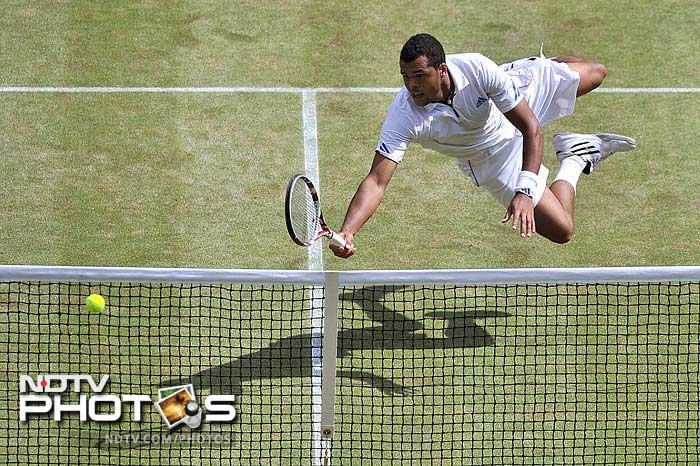 Tsonga was off the blocks early, breaking Djokovic in the opening game of the first set. (AFP Photo)