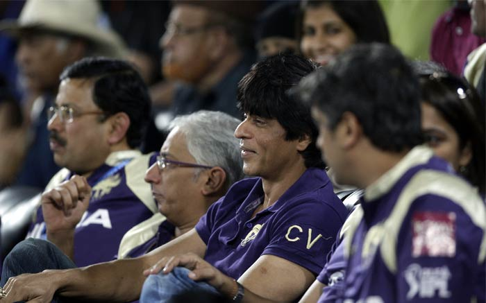 Kolkata Knight Riders team owner and Bollywood actor Shahrukh Khan, center, watches the Indian Premier League (IPL) cricket match against Deccan Chargers at the Rajiv Gandhi International Stadium in Hyderabad. (AP PHOTO)