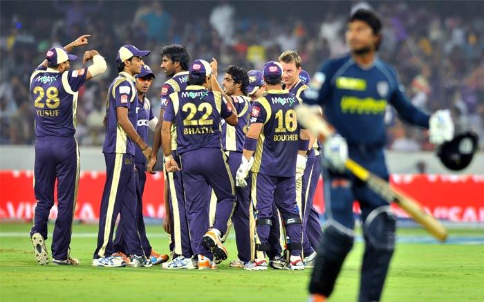 Kolkata Knight Riders bowler Iqbal Abdulla (C) celebrates with teammates the fall of the wicket of Deccan Chargers captain Kumar Sangakkara (R) during the IPL Twenty20 match at the Rajiv Gandhi International Stadium in Hyderabad. (AFP PHOTO)