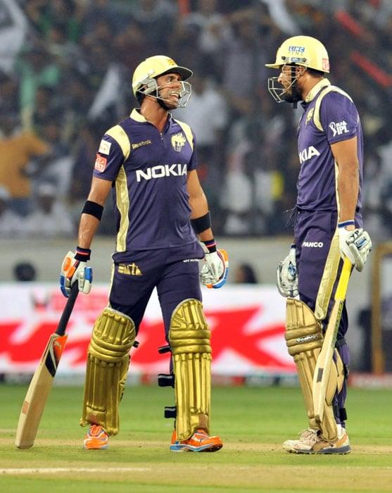 Kolkata Knight Riders batsmen Yusuf Pathan (C) and Manoj Tiwary speak during the IPL Twenty20 cricket match against Deccan Chargers at the Rajiv Gandhi International Stadium in Hyderabad. (AFP PHOTO)