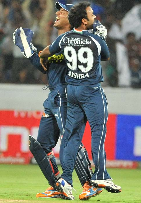Deccan Chargers' captain and wicket keeper Sagakkara (L) and bowler Amit Mishra celebrate the wicket of Saurabh Tiwary during the IPL twenty 20 match against Royal Challengers Bangalore at the Rajiv Gandhi International Stadium in Hyderabad. (AFP PHOTO)