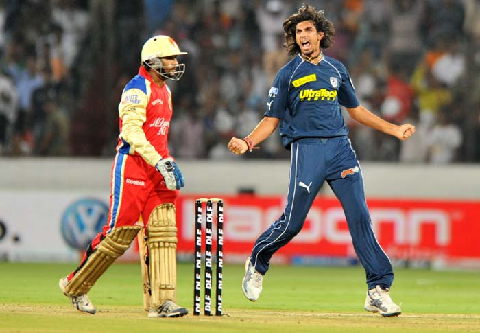 Deccan Chargers' bowler Ishant Sharma celebrates the wicket of Tillakaratne Dilshan (L) during the IPL twenty 20 match against Royal Challengers Bangalore at the Rajiv Gandhi International Stadium in Hyderabad. (AFP PHOTO)