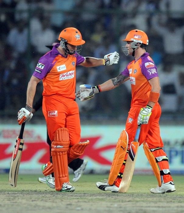 Kochi Tuskers Kerala batsman Michael Klinger (L) congratulates teammate Brendon McCullum after a shot during the IPL Twenty20 match against Delhi Daredevils at the Feroz Shah Kotla Stadium in New Delhi. (AFP PHOTO)
