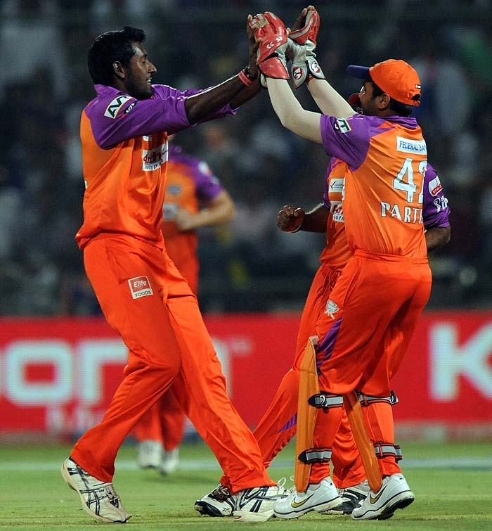 Kochi Tuskers Kerala bowler Prasanth Padmanabhan (L) celebrates with teammates the wicket of Delhi Daredevils captain Virender Sehwag during the IPL Twenty20 match at the Feroz Shah Kotla Stadium in New Delhi. (AFP PHOTO)