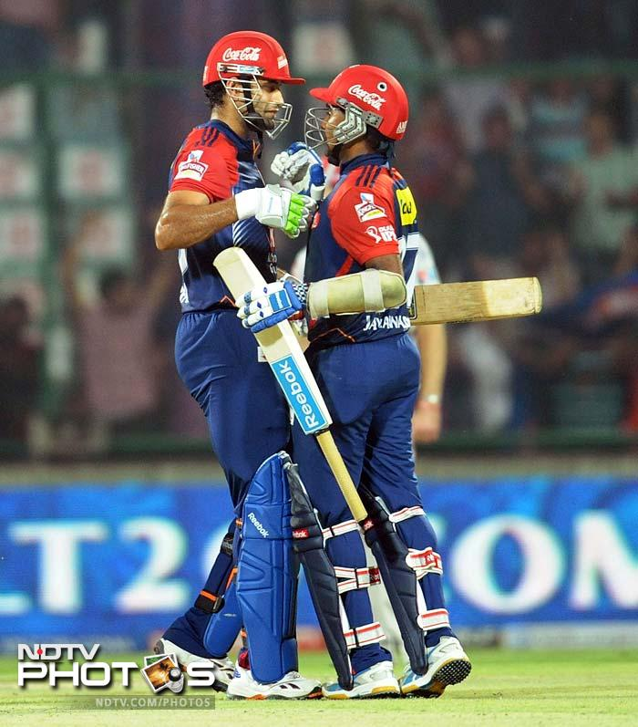 Partnered by Irfan Pathan (left) who scored an unbeaten 19 off 10, Jayawardena ensured a win with an over to spare. (AFP PHOTO/RAVEENDRAN)