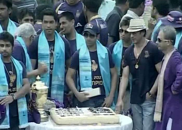 Kolkata players along with co-owner Shah Rukh gather for the cake cutting ceremony at the Eden gardens.