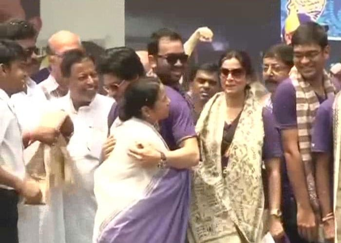Shah Rukh Khan and Mamata Banerjee embrace each other as the ceremony gathers momentum.