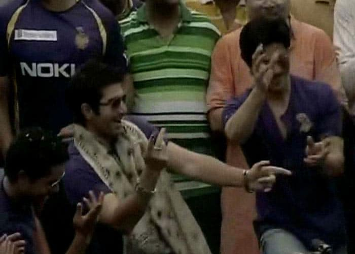The Baadshah of Bollywood dances with the some of the players from the team.
