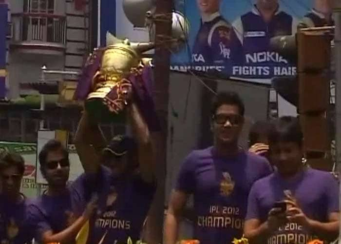 The IPL 5 trophy was the cynosure of everybody's eyes as players too, took their turns to grab the coveted piece.