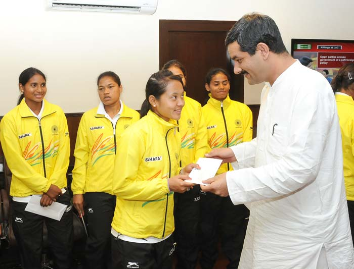 The Minister of Youth Affairs and Sports Shri Jitendra Singh giving the appreciation letter to the members of the World Cup Bronze winning Indian Junior Women Hockey team.