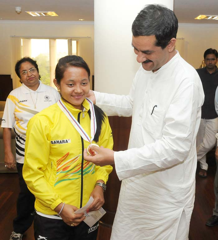 The Minister of Youth Affairs and Sports Shri Jitendra Singh appreciating the efforts of the World Cup Bronze winner Indian Junior Women Hockey team's captain Sushila Chanu.