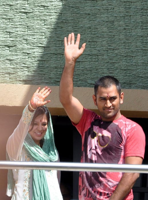 Dhoni and Sakshi greeted scores of fans from the balcony of their house.