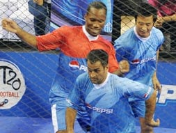 Photo : MS Dhoni's soccer date with Didier Drogba