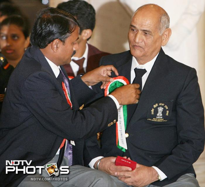 MSD is only the second Indian cricketer to have received the Rajiv Gandhi Khel Ratna award, the highest honour given for achievements in sports. He got the award in 2008. His award was collected by his father Shri Pan Singh.