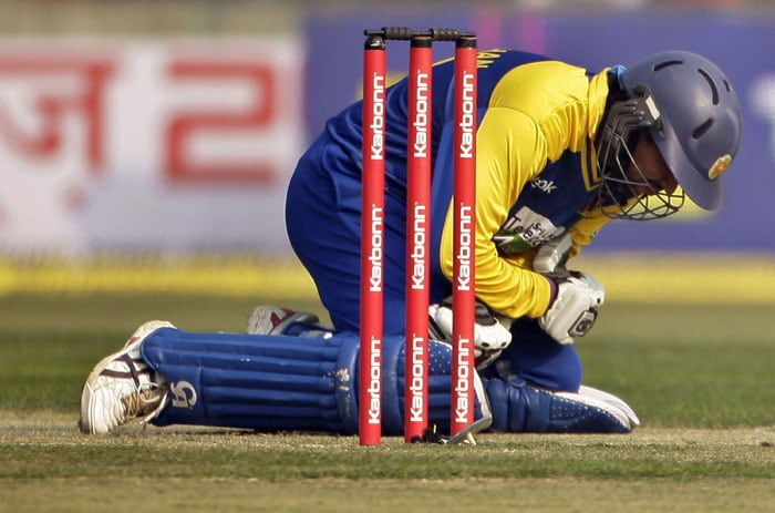 Tillakaratne Dilshan reacts in pain after he was hit by a ball from Ashish Nehra during the fifth and final ODI between India and Sri Lanka in New Delhi. (AP Photo)