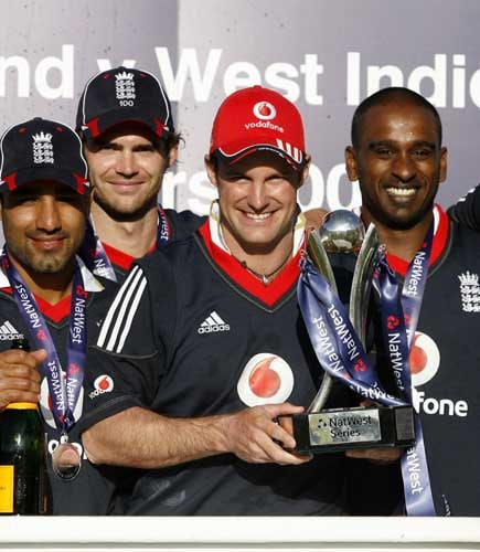 Andrew Strauss holds the trophy as he celebrates with teammates their win in the One-Day International against the West Indies in Birmingham. (AFP Photo)