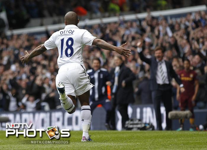 A beauty from Defoe made it 2=1 to Tottenham and clearly Manchester City was under pressure.