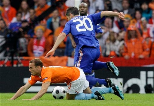 Netherlands' Wesley Sneijder, bottom, and France's Jeremy Toulalan challenge for the ball during the group C match between the Netherlands and France in Bern on June 13, 2008.