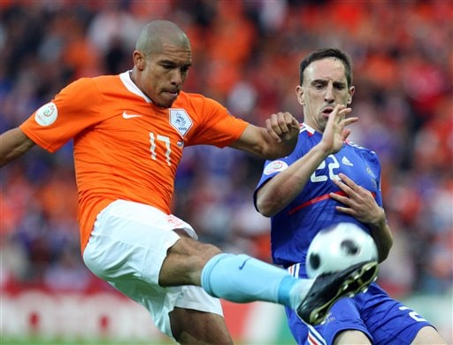 Netherlands' Nigel de Jong, left, and France's Franck Ribery vie for the ball during the group C match between the Netherlands and France in Bern on June 13, 2008.