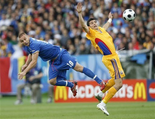 Italy's Daniele De Rossi, left, and Romania's Daniel Niculae challenge for the ball during the group C match between Italy and Romania in Zurich on June 13, 2008.