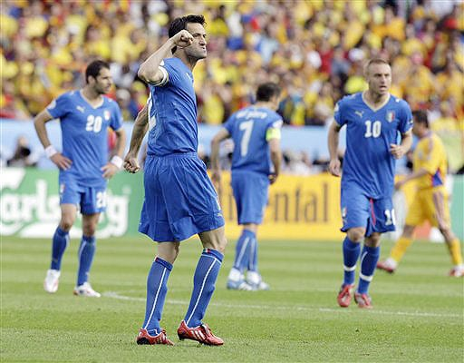 Italian defender Christian Panucci, foreground, celebrates after scoring during the group C match between Italy and Romania in Zurich on June 13, 2008.