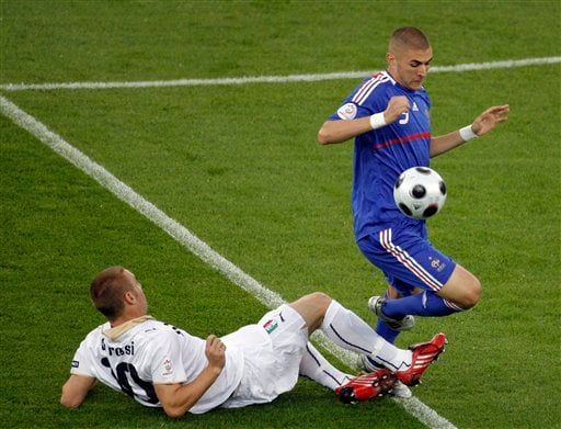 Italy's Daniele De Rossi challenges France's Karim Benzema during the group C match between France and Italy in Zurich, Switzerland on June 17, 2008.
