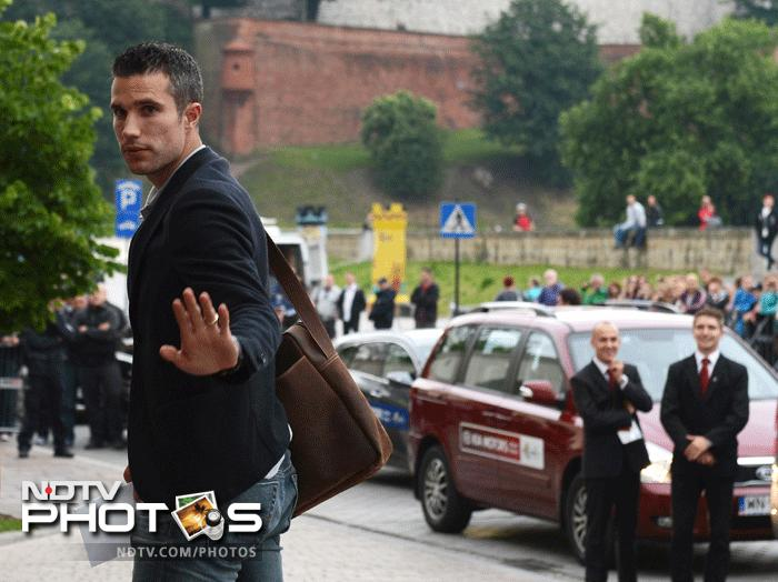 Netherlands' national football team forward Robin Van Persie and team mates arrive on June 4, 2012 at the Sheraton Hotel in Krakow, where the team will be based for the Euro 2012 football championships which kicks-off on June 8. AFP PHOTO / ANNE-CHRISTINE POUJOULAT
