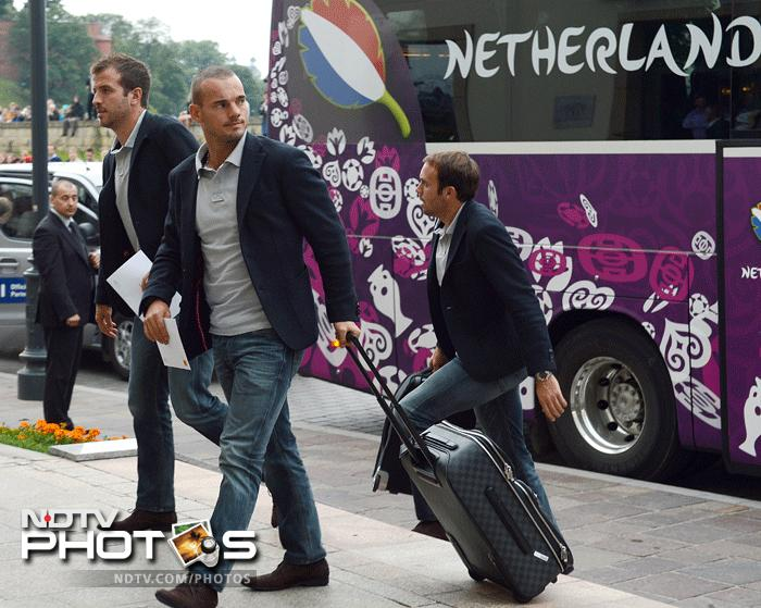 Netherlands' national football team mildfielder Wesley Sneijder and team mates arrive on June 4, 2012 at the Sheraton Hotel in Krakow, where the team will be based for the Euro 2012 football championships which kicks-off on June 8. AFP PHOTO / ANNE-CHRISTINE POUJOULAT