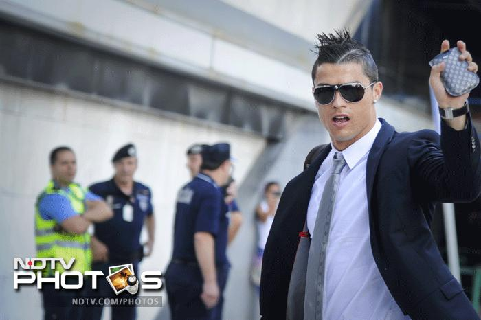 Portugal's forward Cristiano Ronaldo wave to the fans on arrival at Lisbon airport on June 4, 2012, with his teammates heading for Poznan to take part in the Euro 2012 football championship, which will take place in Poland and Ukraine from June 8 to July 1. AFP PHOTO/ PATRICIA DE MELO MOREIRA