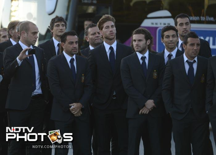 Spanish team is welcomed upon their arrival at their hotel in Gniewino on June 5, 2012 ahead of the Euro 2012 football championships. AFP PHOTO/ PIERRE -PHILIPPE MARCOU
