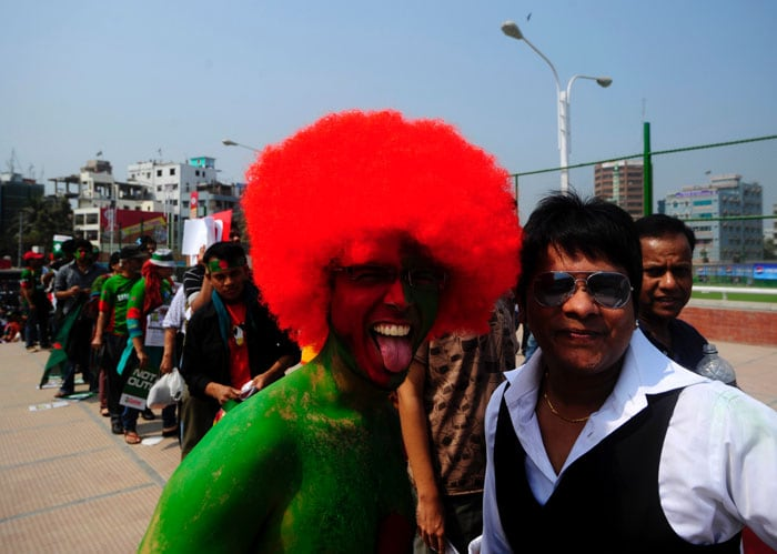 Bangladeshi cricket fans arrive to watch the first match of the ICC Cricket World Cup 2011. (AFP Photo)