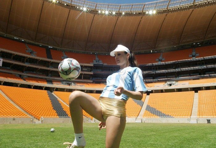 Miss Argentina plays with the ball at Soccer city stadium during a visit by the 112 Miss World contestants in Johannesburg. Soccer City is one of the ten venues of the World Cup to be held in in June and July of 2010 in locations throughout South Africa. (AFP Photo)