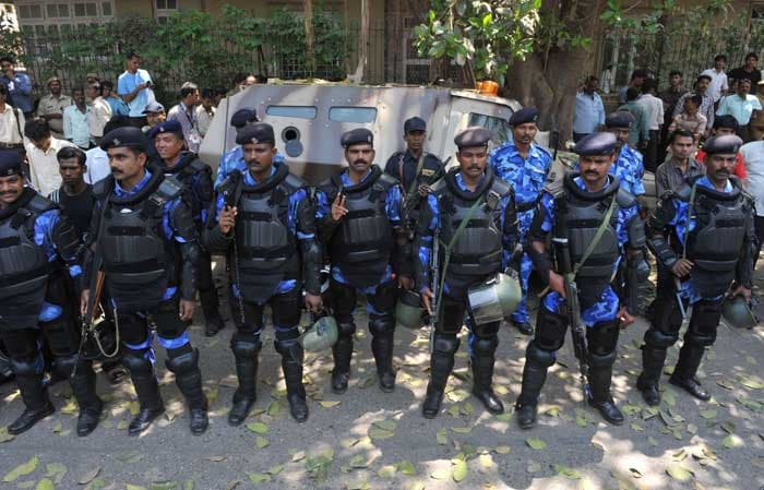 Indian Rapid Action Force personnel stand guard outside the The Wankhede Cricket Stadium during a training session of the Sri Lankan cricket team at in Mumbai on March 31, 2011. (AFP Photo)