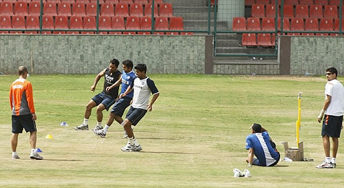 Indian coach Gary Kirsten watches Indian captain Mahendra Singh Dhoni, Gautam Gambhir and Rudra Pratap Singh as players Harbhajan Singh and Ashish Nehra look on during a fitness test for the players in New Delhi on August 10, 2009. (AP Photo)