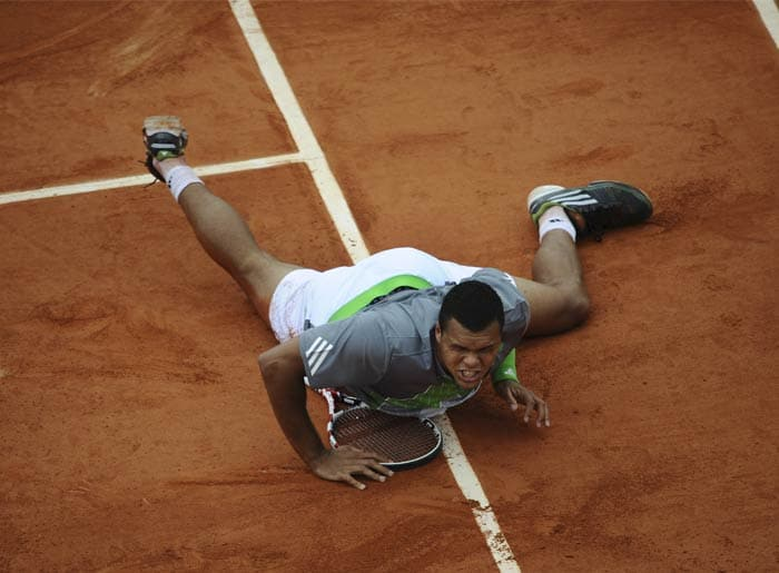 Bearing the burden of local hopes was France's Jo-Wilfried Tsonga but the man failed to lift himself against Wawrinka's late charge, losing the game in a 5-setter. (AFP Photo)