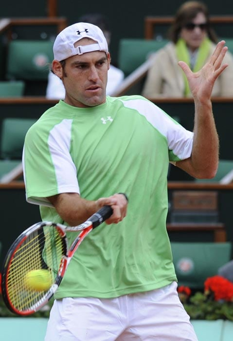 US Robby Ginepri plays a return during his men's fourth round match against Serbia's Novak Djokovic in the French Open tennis championship at the Roland Garros stadium, in Paris. Djokovic won 6-4, 2-6, 6-1, 6-2. (AFP Photo)