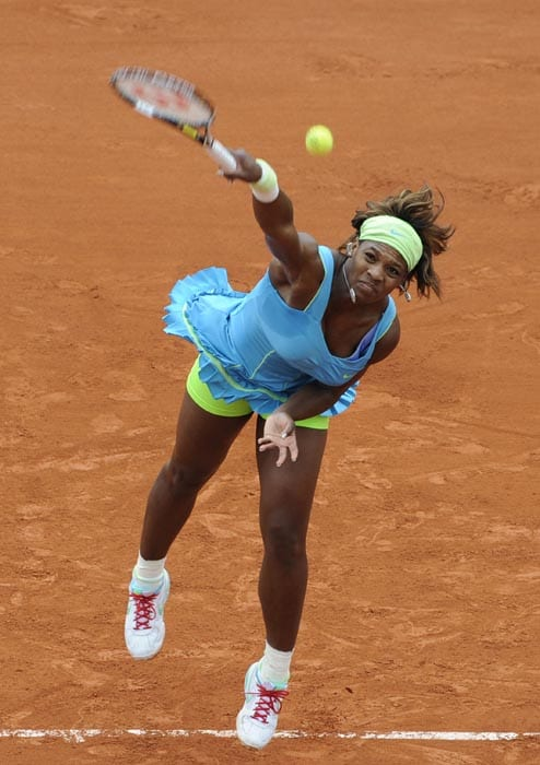 US' Serena Williams plays a return during her women's fourth round match against Israel's Shahar Peer in the French Open tennis championship at the Roland Garros stadium, in Paris. Williams won 6-2, 6-2. (AFP Photo)