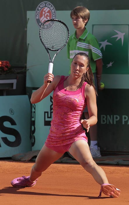 Serbia's Jelena Jankovic is stretched to the maximum by Italy's Francesca Schiavone, the winner of the match, during their women's fourth round match in the French Open tennis championship at the Roland Garros stadium in Paris. (AFP PHOTO)