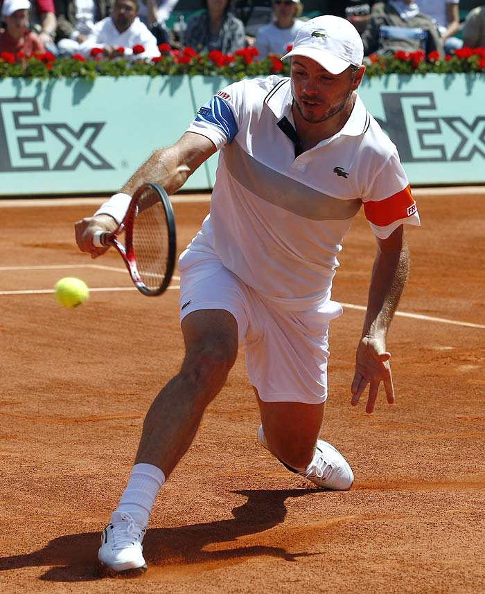Switzerland's Stanislas Wawrinka returns the ball to Switzerland's Roger Federer, the winner of the match, during their men's fourth round match in the French Open tennis championship at the Roland Garros stadium, on May 29, 2011, in Paris. (AFP PHOTO)
