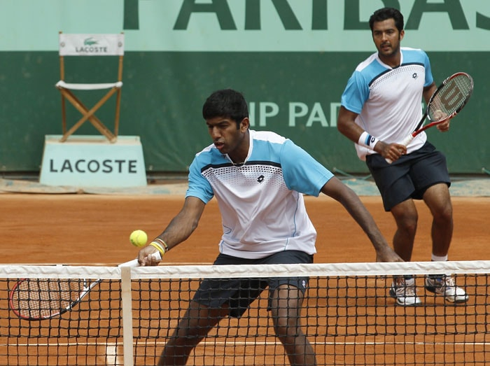 Rohan Bopanna kept the Indian hopes alive in the men's doubles after progressing to the quarterfinals along with his Pakistani partner Aisam-ul-Haq Qureshi. (AFP Photo)