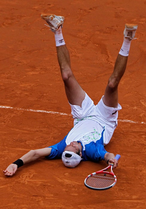 Argentina's Juan Ignacio Chela overcame Colombia's Alejandro Falla in a pulsating 5-setter in the fourth round match at the French Open tennis tournament in Roland Garros stadium. (AP Photo)