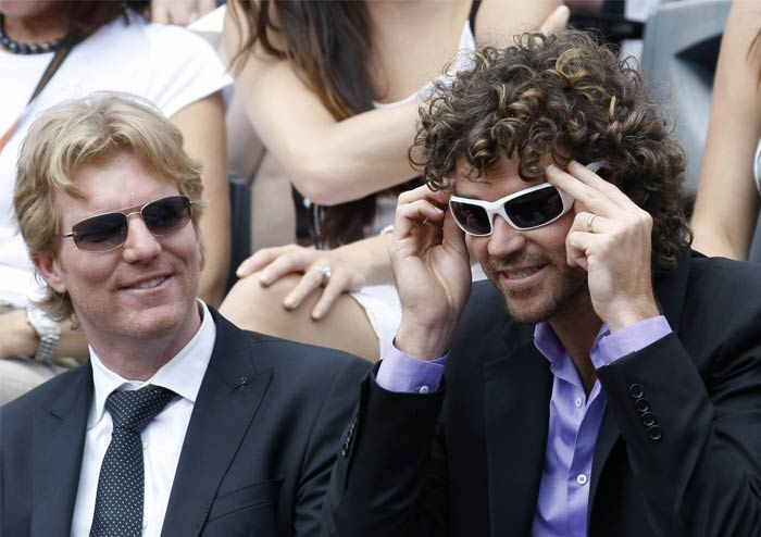 The crowd, including former tennis aces Jim Courier of the United States (left) and Gustavo Kuerten of Brazil, waited with eager breath for a tight match in the lurking.