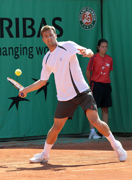 Switzerland's Marco Chiudinelli returns the ball to India's Somdev Devvarman during the men's first round in the French Open at the Roland Garros stadium in Paris. (AFP Photo)