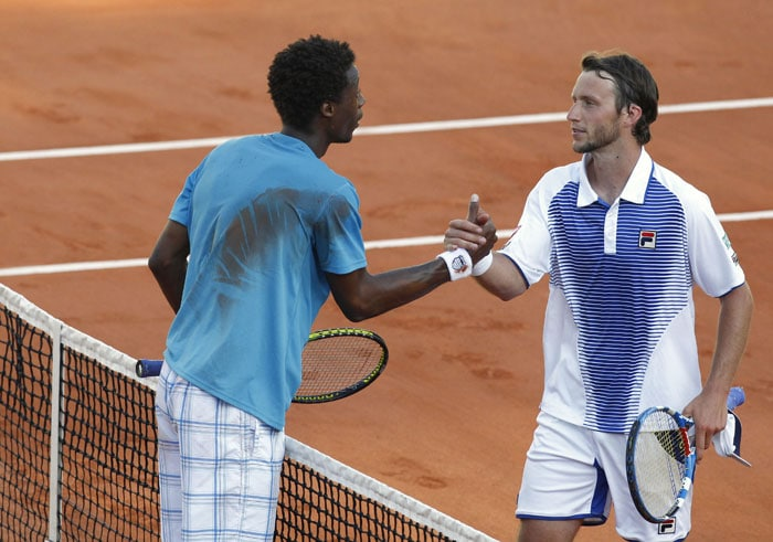 France's Gael Monfils shakes hands with Germany's Florian Mayer following their men's first round match in the French Open at the Roland Garros stadium in Paris. Monfils won 6-3, 7-5, 6-7, 6-2. (AFP Photo)