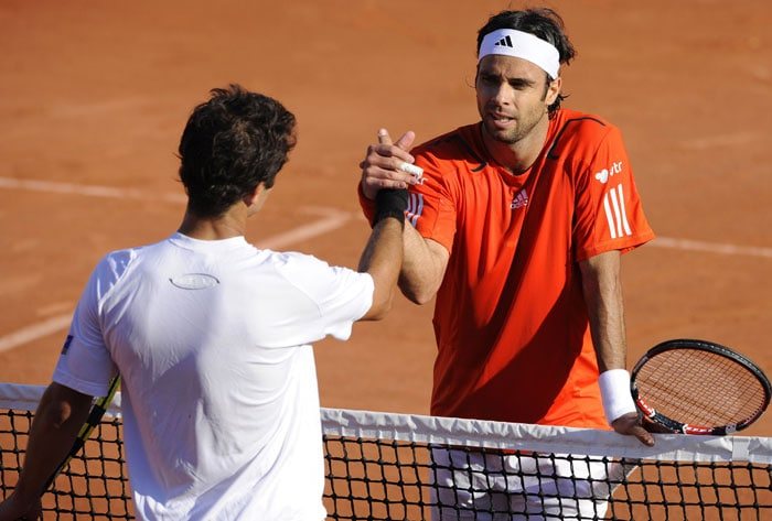 Chile's Fernando Gonzales shakes hands with Brazil's Thiago Alves after he won their men's first round match in the French Open at the Roland Garros stadium in Paris. Gonzales won 2-6, 4-6, 6-4, 6-4. (AFP Photo)