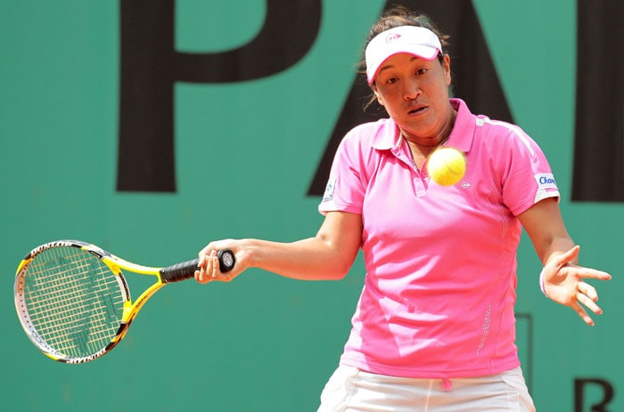Thailand's Tamarine Tanasugarn returns the ball to Slovakia's Daniela Hantuchova during their women's first round match in the French Open at the Roland Garros stadium in Paris. (AFP Photo)