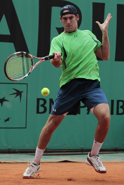USA's Robby Ginepri returns the ball to USA's Sam Querrey during the men's first round match in the French Open at the Roland Garros stadium in Paris. (AFP Photo)