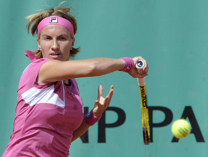 Russia's Svetlana Kuznetsova returns the ball to Germany's Andrea Petkovic during their women's second round match in the French Open at the Roland Garros stadium in Paris. (AFP Photo)
