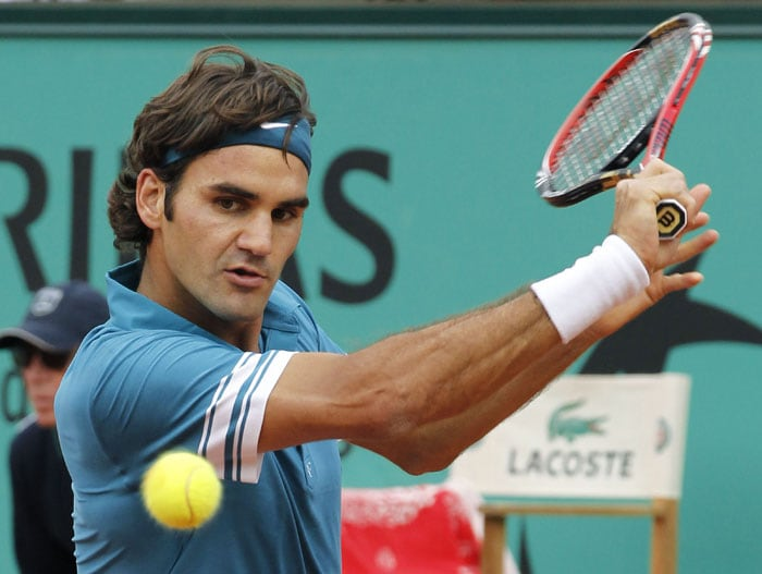 Switzerland's Roger Federer returns the ball to Colombia's Alejandro Falla during their men's second round match in the French Open at the Roland Garros stadium in Paris. (AFP Photo)